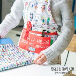 Delantal blanco y rojo personalizado con dibujos coloreados y los nombres de los niños de la clase con su caligrafía