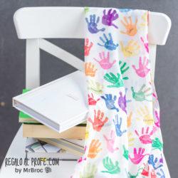 Fular blanco personalizado con manitas de colores y los nombres de los niños de la clase