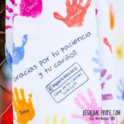 Manta personalizada con las manitas de colores y los nombres de los niños de la clase