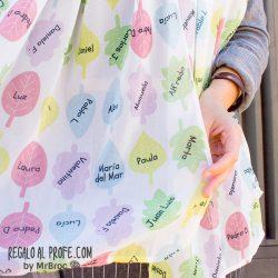 Fular blanco personalizado con hojas de colores y los nombres de los niños de la clase