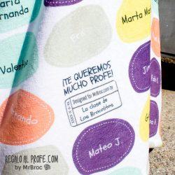 Manta personalizada con piedras de colores y los nombres de los niños de la clase
