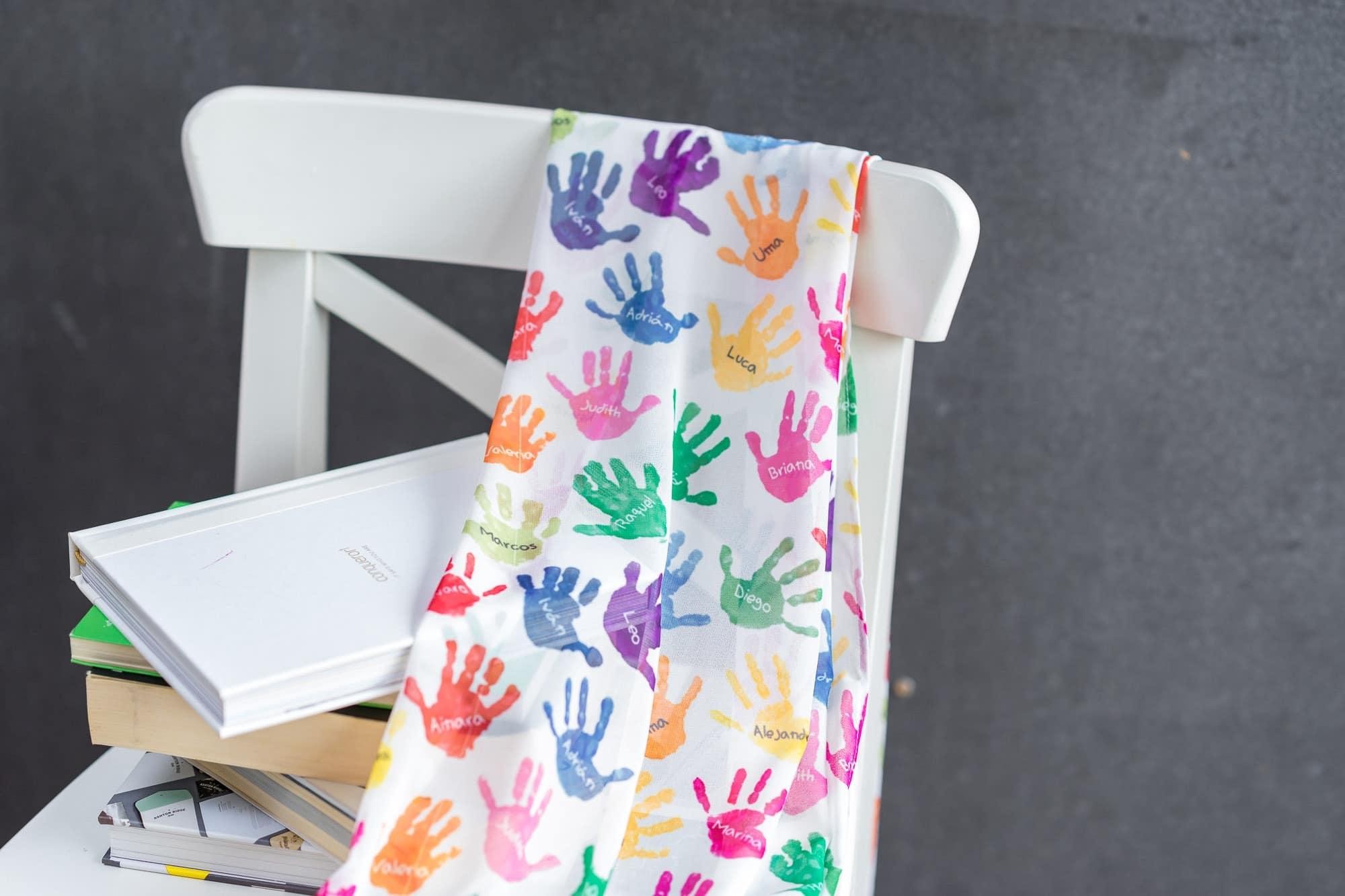 Fular personalizado para profesora con manos y nombres de sus alumnos en colores