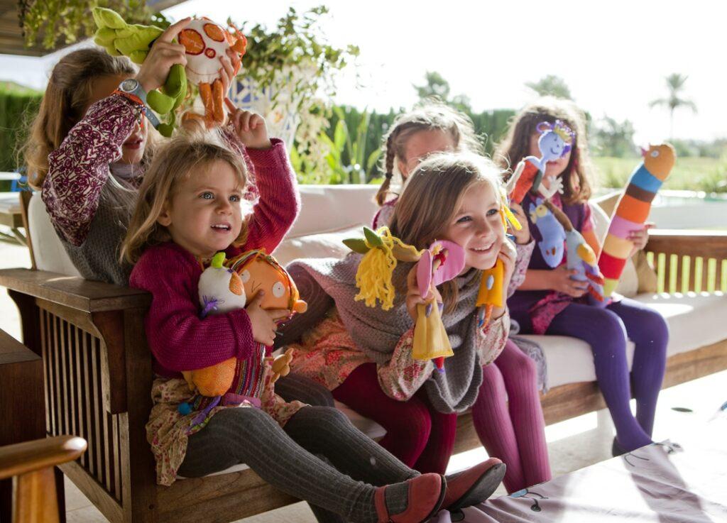 niños jugando con títeres