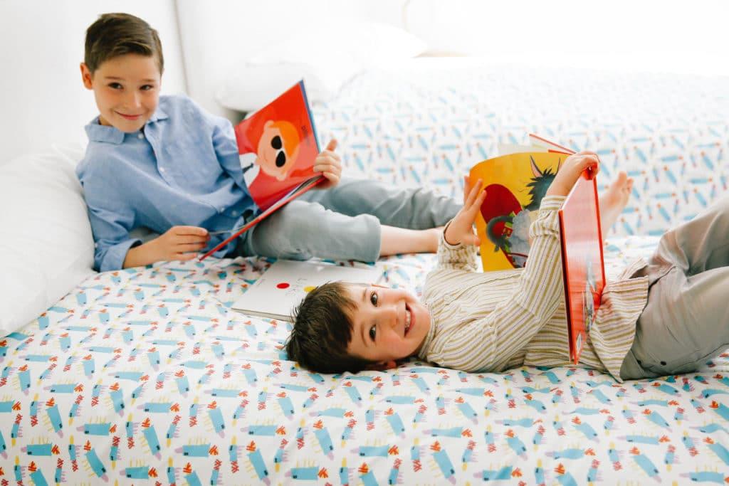 dos niños leyendo cuentos en casa