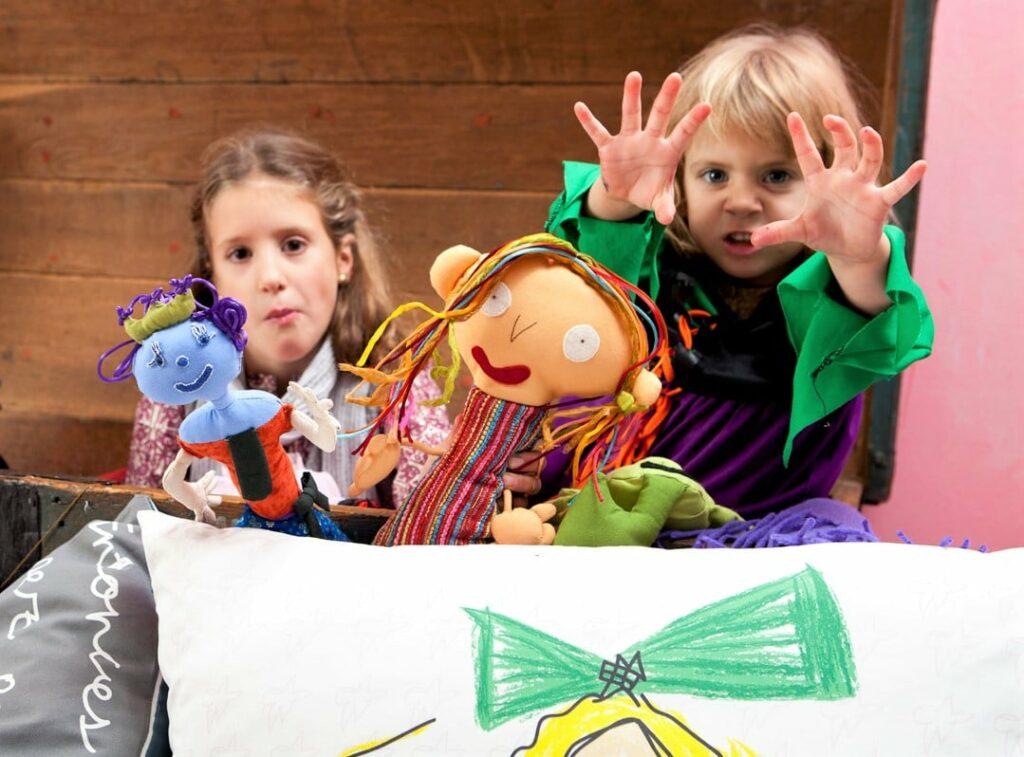 niñas jugando en casa con muñecos