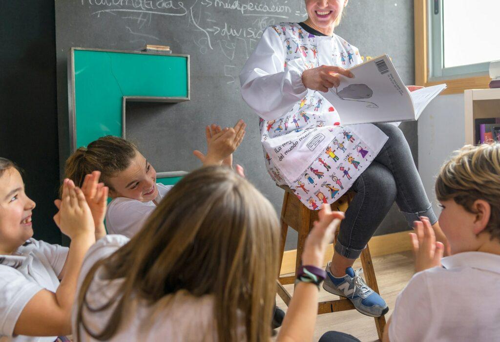 bata profesora personalizada con dibujos de los niños