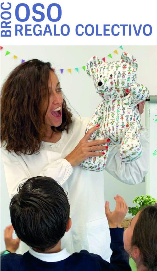 Profe recibe un oso personalizado con dibujos de sus alumnos